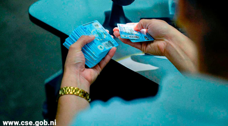 Funcionario del Consejo Supremo Electoral de Nicaragua entregando cédulas de identidad
