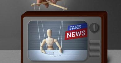 Imagen de un títere dentro de un TV que dice Fake News