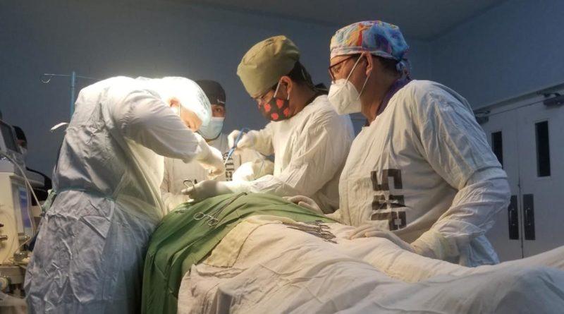 Cirujanos realizando operación en Hospital Manolo Morales