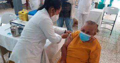 Familias del distrito 1 de Managua, se aplican la segunda dosis de la vacuna Covishield contra la Covid-19.