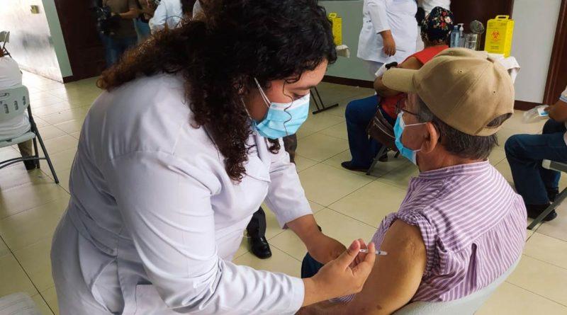 Autoridades del Ministerio de Salud realizando la aplicación de la segunda dosis de la vacuna contra la Covid-19, Covishield en el Distrito VI de Managua.