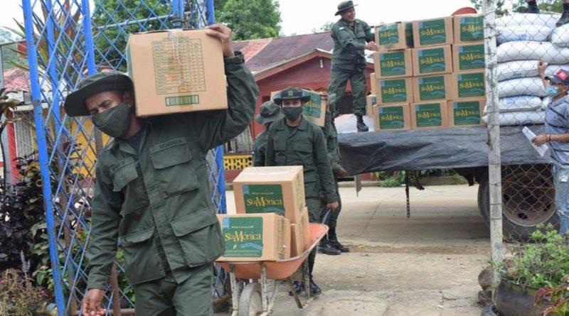 El Ejército de Nicaragua, realizó el descargue de 36 toneladas de merienda escolar y paquetes alimenticios en el municipio de Siuna.