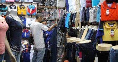 comerciante del mercado Roberto Huembes atendiendo a un cliente