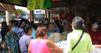 Compradores en el mercado El Mayoreo