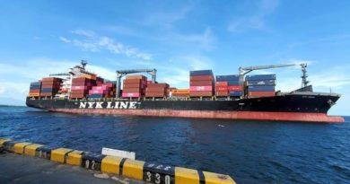 Uno de los buques que llegaron al país con diversos productos