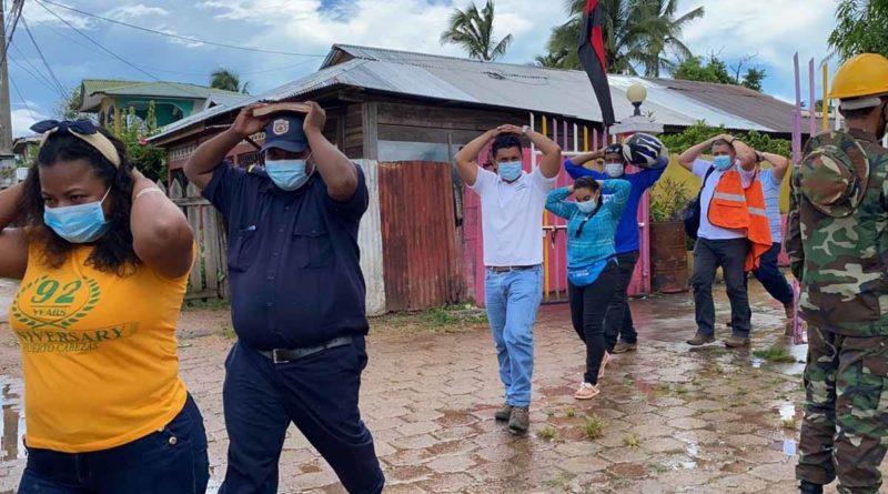 Pobladores con sus manos sobre la cabezas, durante el II Ejercicio de Protección de la vida
