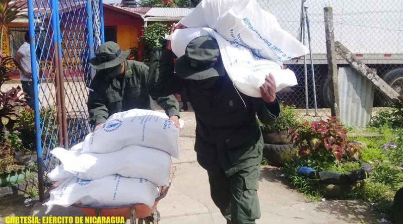 Miembros del Ejército de Nicaragua cargando merienda escolar