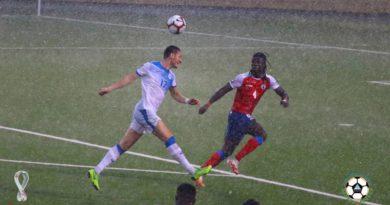 Jugadores de Nicaragua y Haití durante su juego en el ciclo de eliminatorias mundialistas rumbo a Qatar 2022.