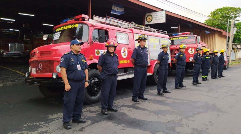 Nuevos camiones y personal que serán enviados a la estación de bomberos en San Juan de Río Coco