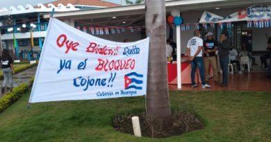 Una manta pidiendo el cese del bloque contra Cuba, en la feria organizada este fin de semana en el Puerto Salvador Allende.