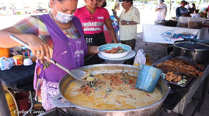 Mujer preparando sopa de mariscos en la Palaza 22 de Agosto de Managua, Nicaragua