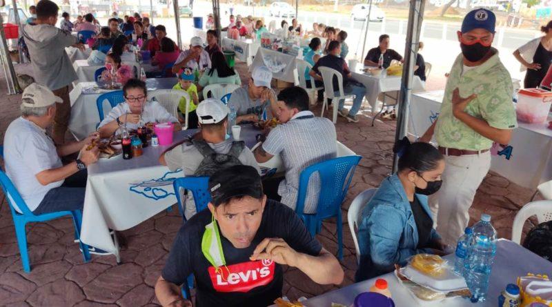 Familias capitalinas disfrutando del sabor de la Feria del Mar en la Plaza 22 de Agosto en Managua.