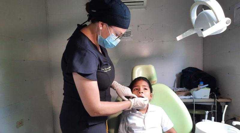 Médica del Centro de Salud Pedro Altamirano brinda atención odontológica a un menor de edad