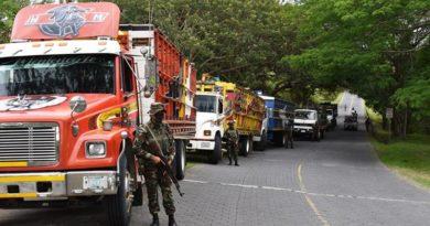 Efectivo militar junto a camiones retenidos por trasladar ilegalmente 113 equinos