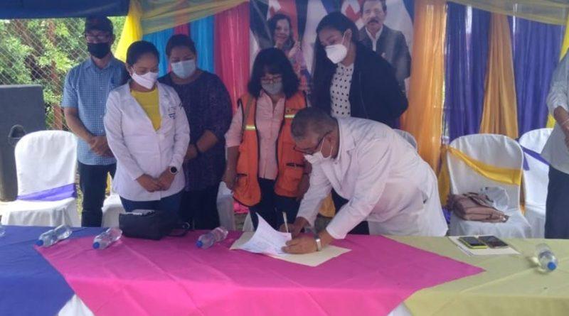 Autoridades del MINSA y pobladores de Estelí durante firma de contrato para sitio de consulta externa