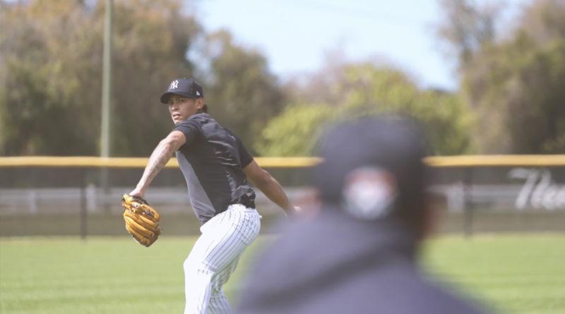 Jonathan Loáisiga lanzando para los Yankees de Nueva York.