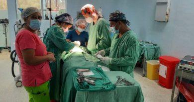 Médicos y enfermeros del Ministerio de Salud realizan operación en el hospital La Mascota