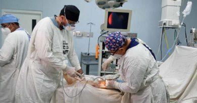 Médicos del hospital Manolo Morales durante una cirugía