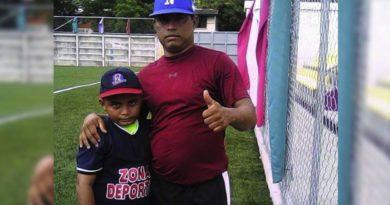 Juan Carlos Urbina, jugador de béisbol junto a su hijo