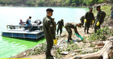 Efectivos del Ejército de Nicaragua limpiando las laderas de la Laguna de Tiscapa en Managua.