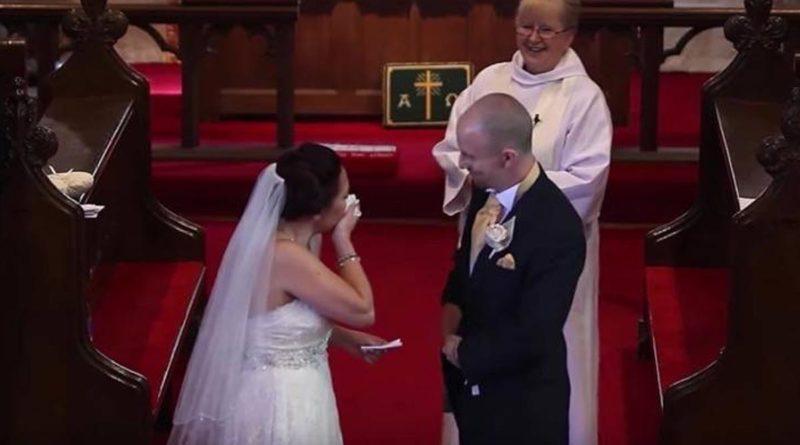 Liz y Ollie durante su boda