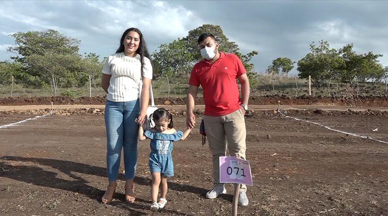 Pobladores de la ciudad de Juigalpa recibiendo sus viviendas del programa Bismarck Martínez en Chontales.