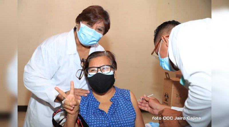 Doctora Martha Reyes junto a paciente durante vacunación voluntaria contra la covid-19