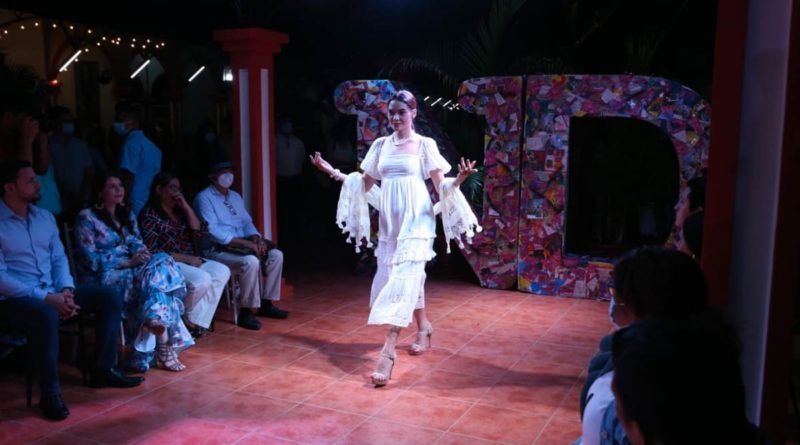 Katherine Espinoza modelando en la pasarela de Nicaragua Diseña en la Antigua Estación del Ferrocarril en Masaya.