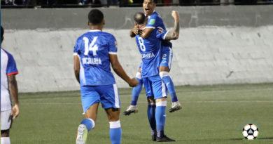 Selección de fútbol de Nicaragua jugando en el estadio nacional de fútbol de Nicaragua frente a Belice