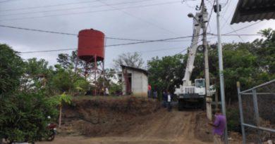 Trabajadores de ENACAL durante la rehabilitación del servicio de agua potable en la comunidad Villa Rafaela Padilla, Masaya.