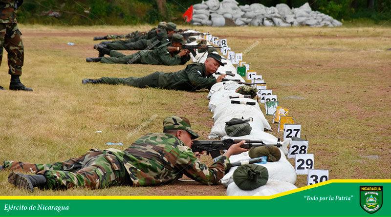 Efectivos militares del Ejército de Nicaragua acostados en el suelo realizando prácticas de tiro
