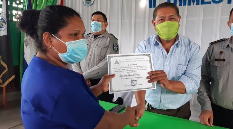Privada de libertad recibe su certificado por parte de las autoridades del Sistema Penitenciario