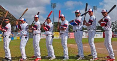 Jugadores del equipo de béisbol Productores de Boaco de Nicaragua con un bate en sus manos