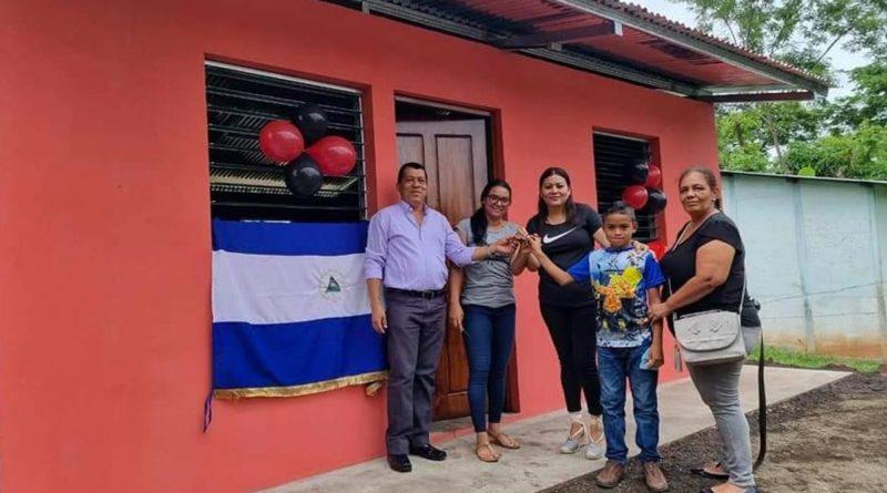 Familia recibiendo vivienda