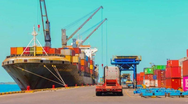 Puerto de Nicaragua con buques containeros