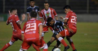 Jugadores del Real Estelí y Cacique Diriangén durante un juego en Nicaragua.