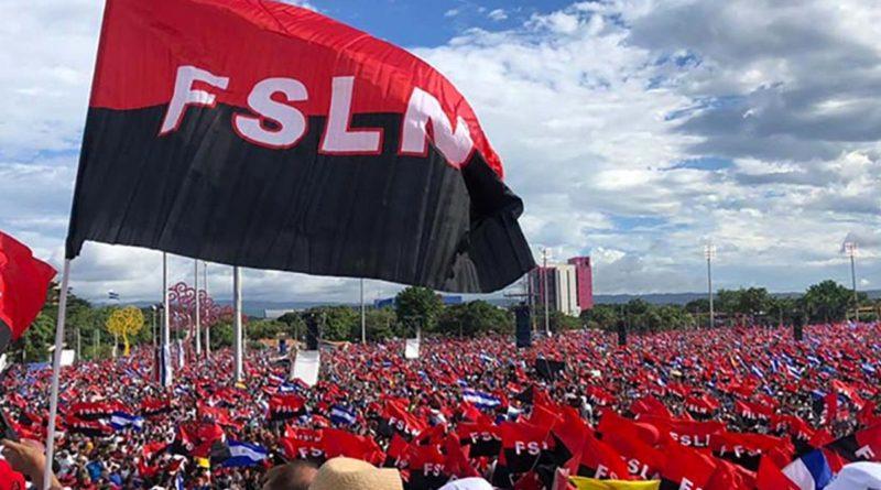 Plaza de la Revolución durante un 19 de Julio con una bandera del Frente Sandinista