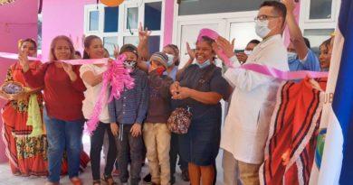 Pobladores junto a médicos del centro de salud durante la inauguración de la sala de emergencias