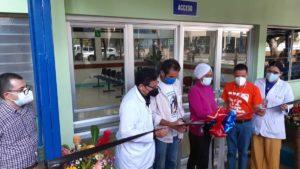 Personal médico del MINSA y pacientes, durante la inauguración de la sala de infectología