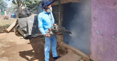 Brigadista del Ministerio de Salud fumiga una vivienda en el barrio El Recreo