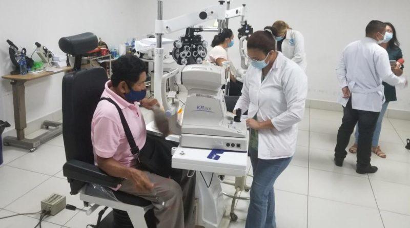 Paciente atendido por oftalmologo en el Centro Nacional de Oftalmología en Managua
