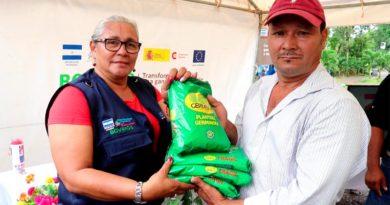 Productor recibiendo semillas para el cultivo de pastos mejorados