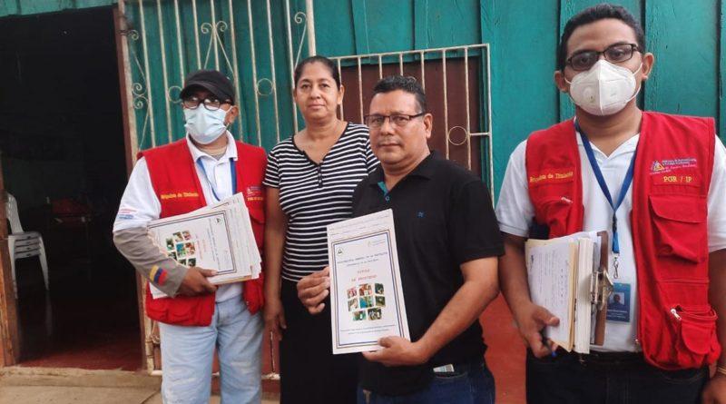 Familia del barrio Argel Sequeira recibe su título de propiedad
