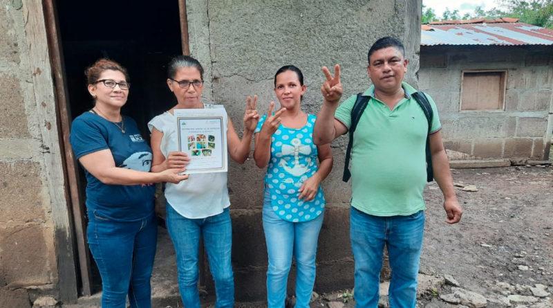Familias de Comalapa recibiendo su título de propiedad de parte de la PGR.
