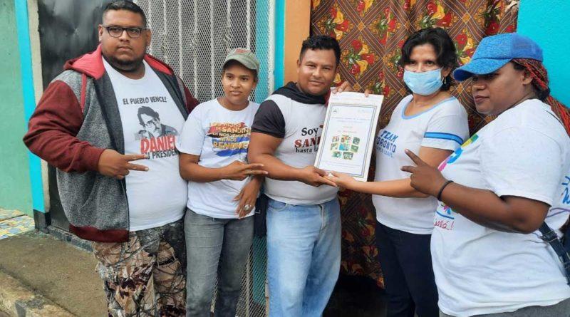 Familia de Ciudad Sandino recibe su título de propiedad