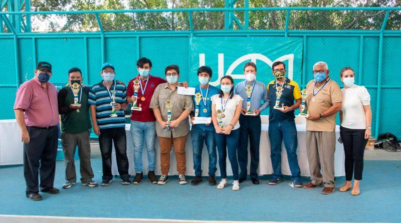 Jóvenes premiados en el Torneo de Ajedrez en memoria a Xavier Araquistain.en la UAM.