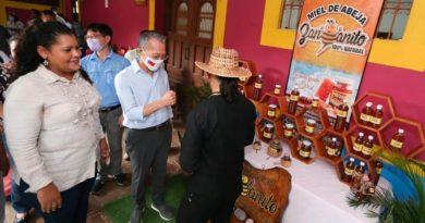 El señor Jaime Chin-Mu Wu, embajador de Taiwán en Nicaragua y la ministra del MEFCCA, Justa Pérez durante la clausura del proyecto Un Pueblo, Un Producto en Masaya.