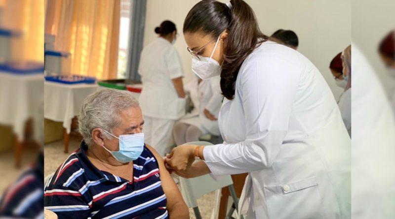 Médicos del MINSA aplican vacuna contra el Covid-19 en Managua