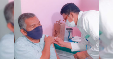Médico del Ministerio de Salud aplica vacuna contra el Covid-19