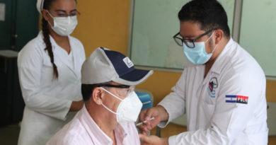 Médicos del Ministerio de Salud aplican vacuna contra el Covid-19